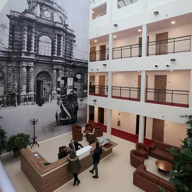 Le hall, évidé sur les 4 niveaux du bâtiment, offre aux sénateurs un espace de convivialité qui leur apporte un grand confort de travail.